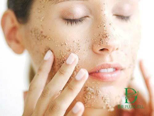 rửa mặt với bột yến mạch