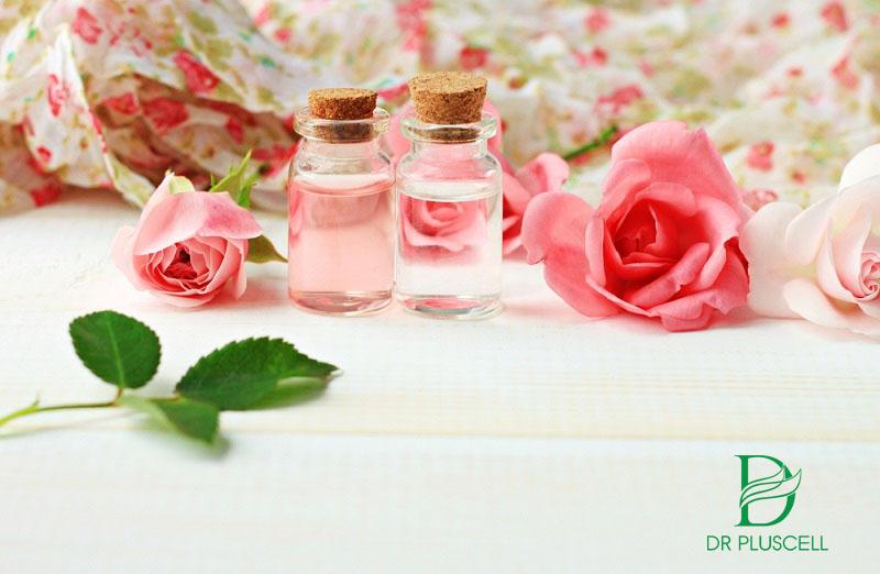 Sử dụng nước hoa hồng để làm se khít lỗ chân lông