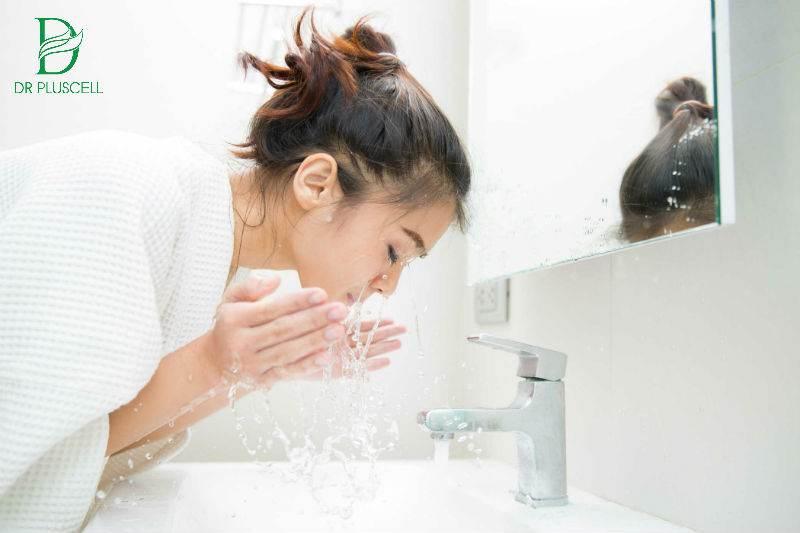 rửa mặt với nước sạch
