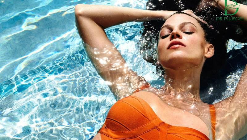 cô gái đang bơi