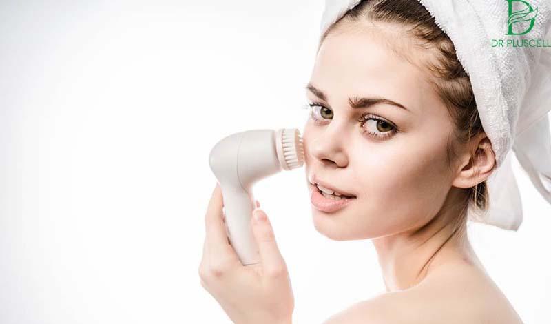Sử dụng công cụ máy rửa mặt hỗ trợ làm sạch da sâu
